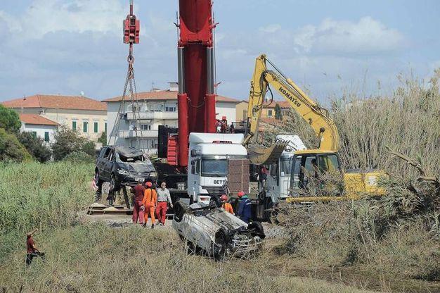 Livorno, l'opera di ripulitura al terzo giorno dal nubifragio (LaPresse)
