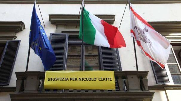 Striscione per Niccolò Ciatti sulla facciata del Consiglio regionale (New Press Photo)
