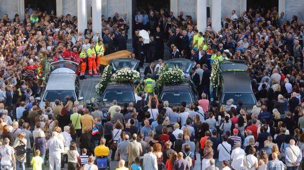 I funerali della famiglia Ramacciotti (foto Lapresse)