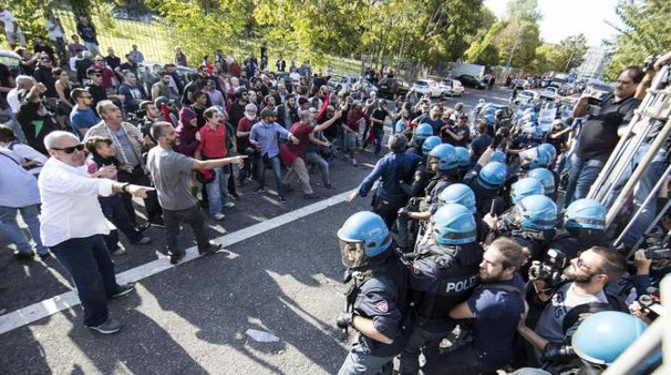 Tensione all'esterno del centro anziani del quartiere Tiburtino III (Ansa)