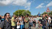 Folla di curiosi vicino al luogo dove le unità cinofile hanno ritrovato il corpo di  Noemi Durini (Ansa)