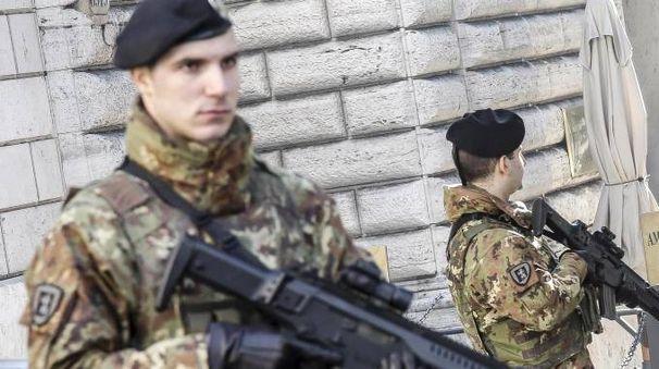 Alcuni militari dell'operazione' Strade sicure' (archivio Ansa)