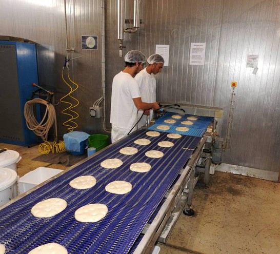 Ogni giorno l'azienda produce 400mila piadine (Foto Scardovi)