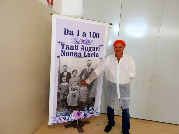 Luigi Bravi indica la madre Lucia, che tra pochi giorni compirà 100 anni (Foto Scardovi)