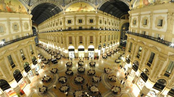 Festa in Galleria a Milano (Newpress)