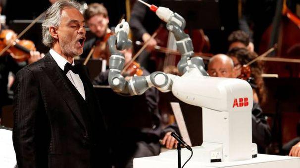 L'esibizione di Andrea Bocelli, martedì sera al teatro Verdi di Pisa, diretto da un robot