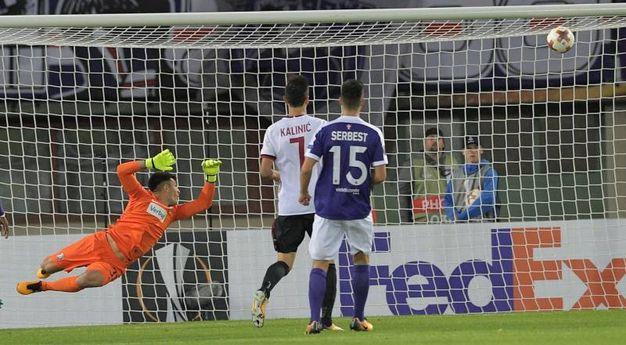 Il gol di Hakan Calhanoglu del Milan 0-1 (AFP)