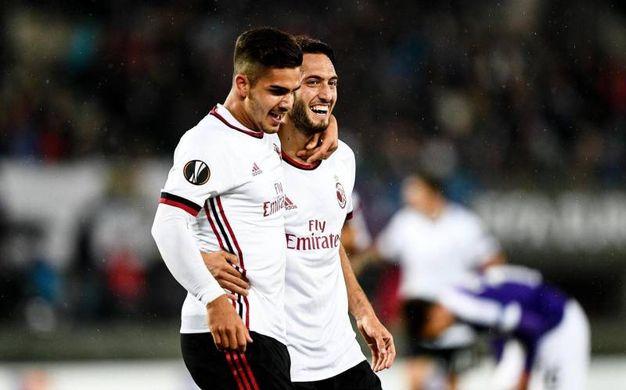 Andre Silva e Hakan Calhanoglu dopo il gol (Ansa)