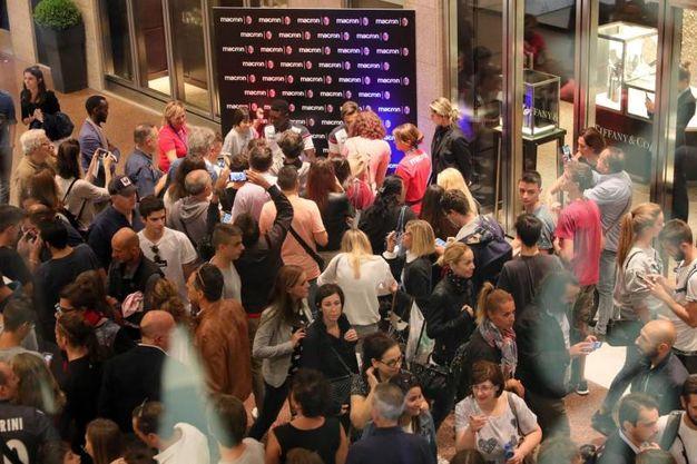 Folla in Galleria Cavour per i giocatori del Bologna (foto Schicchi)