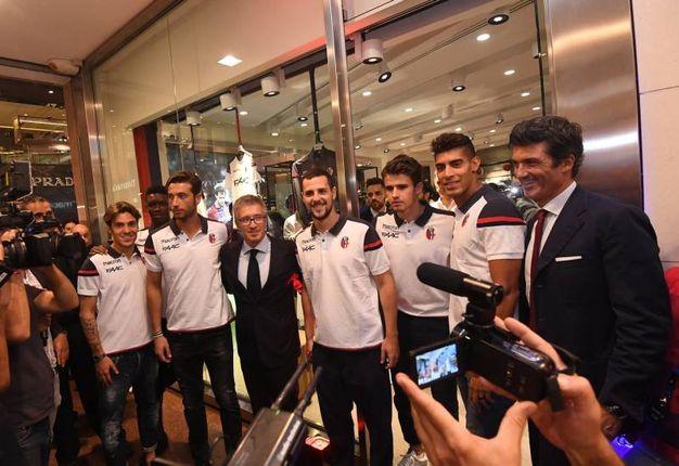 Tutti in festa con i giocatori e i dirigenti rossoblù (foto Schicchi)
