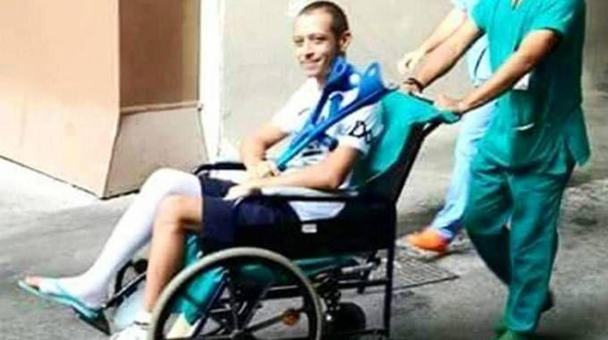 Valentino Rossi, dopo l'operazione all'ospedale di Ancona (Ansa)