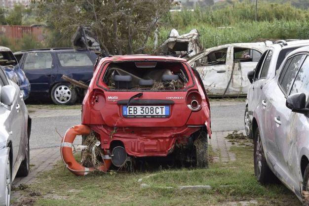 Il cimitero delle auto distrutte dall'alluvione (Foto Novi)