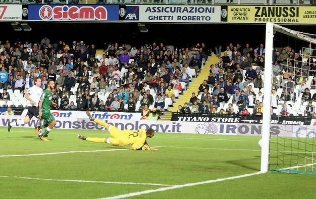 Il secondo gol realizzato da Cacia (foto Ravaglia)