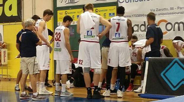 La squadra davanti alla panchina con coach Leka (Fotoprint)