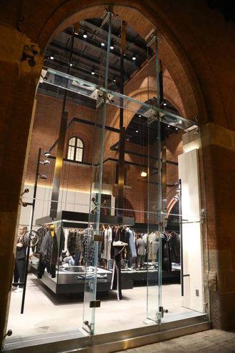 L'esterno del nuovo store dalle ampie vetrate (Foto Schicchi)