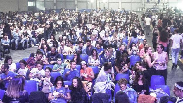 Fans di Laura Pausini in attesa di entrare in Fiera (Foto Pasquale Bove)