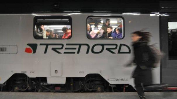 Un treno di Trenord fermo in stazione