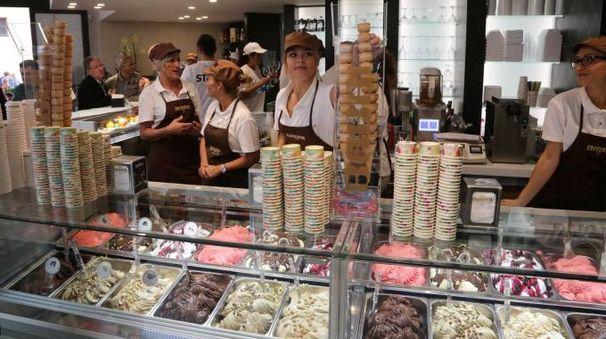 Il banco gelati del Babbi Caffè a Cesena (Foto Ravaglia)