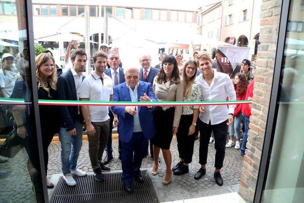 Inaugurazione ufficiale del Babbi Caffè: il taglio del nastro con tutta la famiglia Babbi (foto Ravaglia)