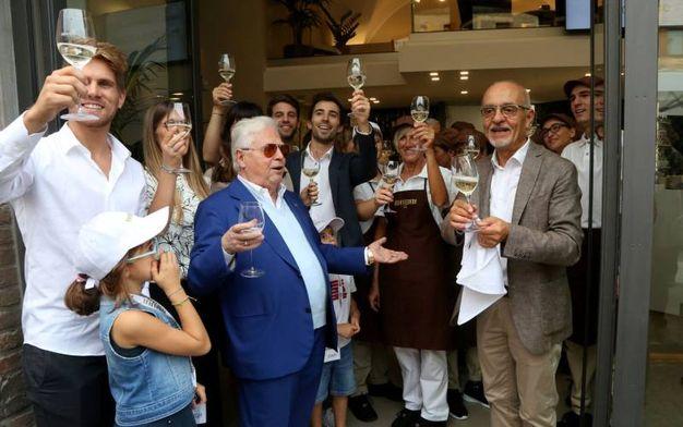 Giulio Babbi brinda all'avvio del nuovo corso del Babbi Caffè (foto Ravaglia)