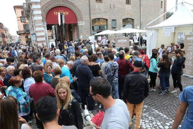 Centinaia di persone, pazientemente in fila, attendono l'apertura del Babbi Caffè (foto Ravaglia)