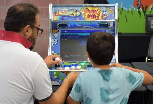Grandi e piccini ai videogiochi (foto Nevent)