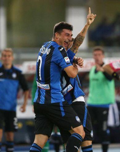 Chievo-Atalanta, Gomez festeggiato dai compagni dopo il gol del pareggio (foto Ansa)