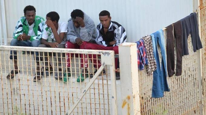 Migranti nel Centro di prima accoglienza di Lampedusa (Ansa)