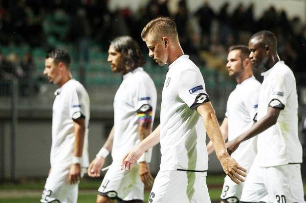 La delusione dei giocatori del Cesena dopo la netta sconfitta (foto Lapresse)