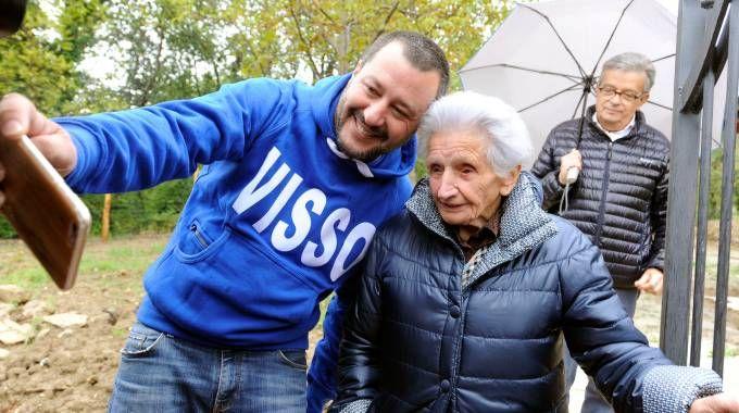 Salvini si scatta un selfie con Giuseppa Fattori (foto Calavita)