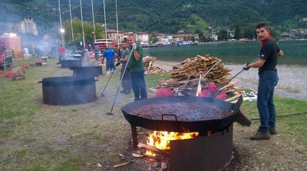 Festa del Fungo: i volontari preparano le caldarroste
