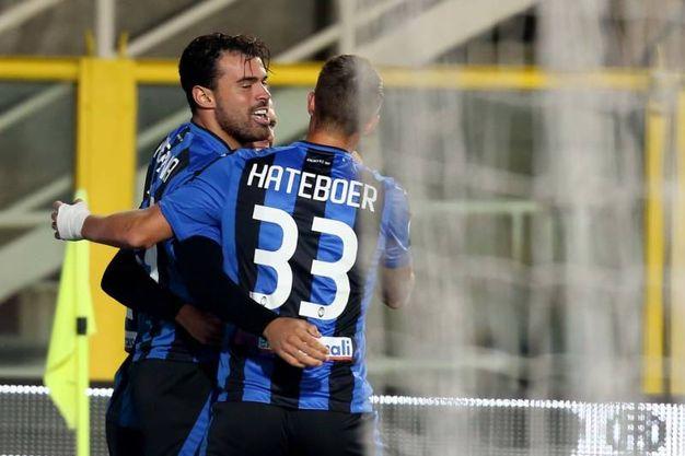L'esultanza di Petagna con Hateboer per l'1-0 (Lapresse)