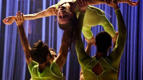 """INNO ALLA BELLEZZA L'Out Innerspace Dance Theatre in """"Major Motion Picture e (a destra) """"I am beautiful"""" di Roberto Zappalà"""