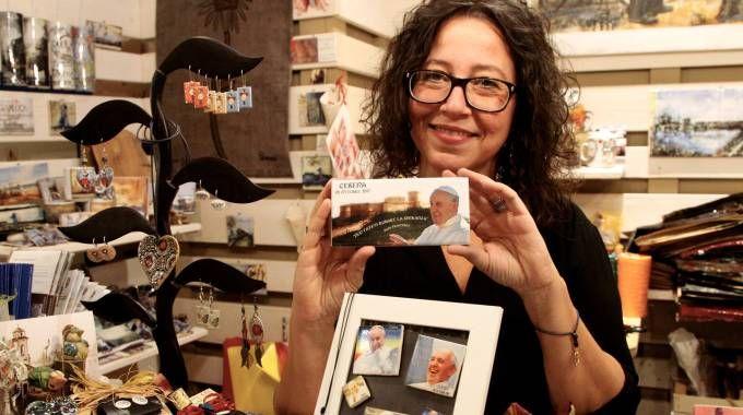 UN PENSIERO SEMPLICE Elisa Cappelli, artigiana che ha il negozio nel Foro Annonario, ha preparato qualche decalcomania