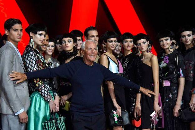 Lo stilista Giorgio Armani tra le modelle dopo la sfilata (Afp)
