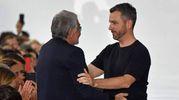 L'abbraccio tra Roberto Cavalli e Paul Surridge (Afp)
