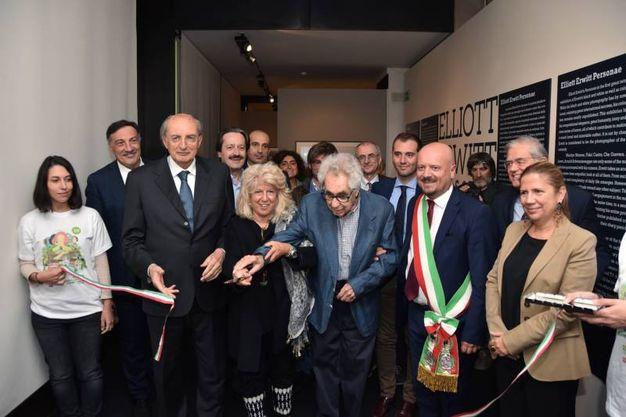 Il taglio del nastro della mostra di Elliott Erwitt a Forlì (foto Fantini)