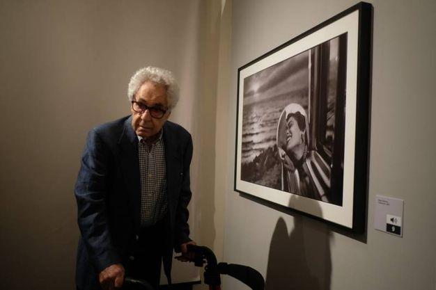 Elliott Erwitt davanti a una sua opera (foto Frasca)