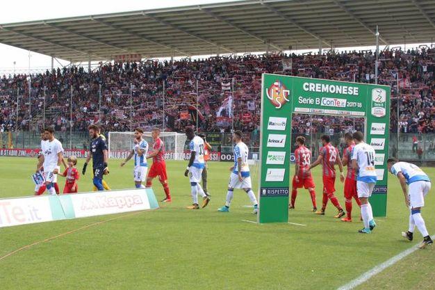 L'ingresso delle squadre in campo (Lapresse)