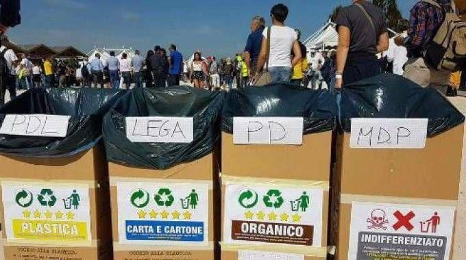 I bidoni della spazzatura alla festa di Rimini del Movimento 5 Stelle