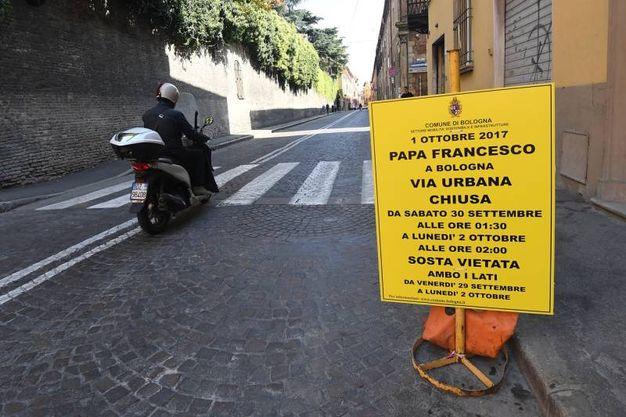 Alle 12,30 pranza in San Petronio con i poveri (foto Schicchi)