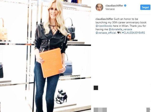 Claudia Schiffer presenta il suo libro da Versace (Instagram)