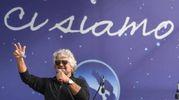 Il saluto di Grillo ai militanti 5 stelle (foto Ansa)