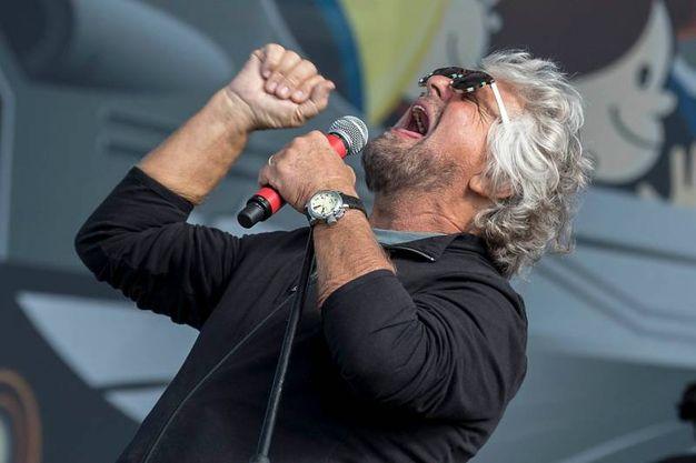 Grillo canta sul palco (foto LaPresse)