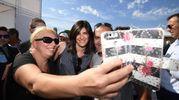 Chiara Appendino fa selfie con il popolo 5 stelle (foto Ansa)