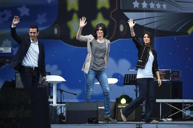 Il saluto di Fucci, Appendino e Raggi al popolo 5 stelle (foto Ansa)