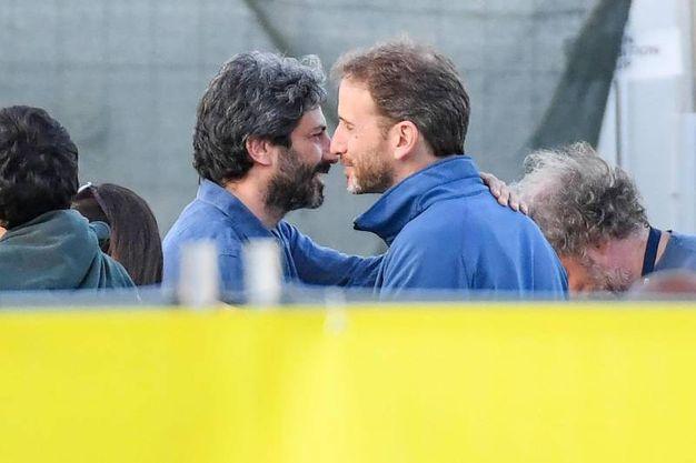 L'abbraccio tra Roberto Fico e Davide Casaleggio (foto Ansa)