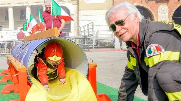 In piazza Vittorio Emanuele molti bambini hanno potuto toccare con mano cosa significa fare il vigile del fuoco (Foto Donzelli)