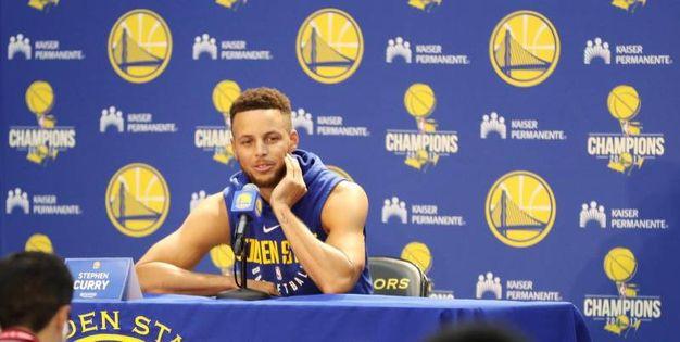 Il cestista Stephen Curry annuncia in conferenza stampa di non essere interessato a visitare la Casa Bianca (Ansa)