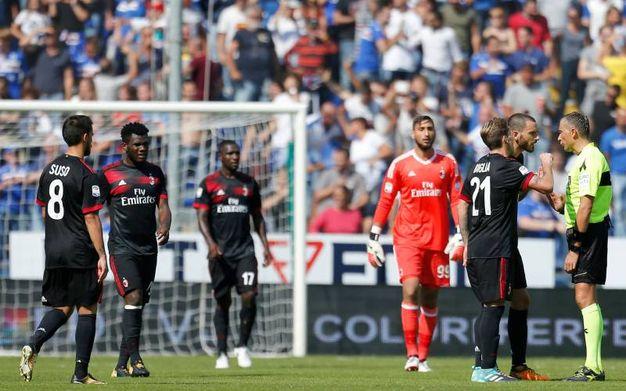 Le proteste rossonere dopo il gol di Zapata (Lapresse)